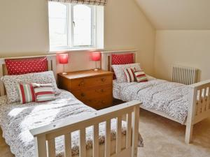 A bed or beds in a room at Hideaway Cottage