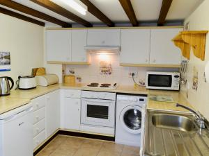 A kitchen or kitchenette at Watercolour Cottage