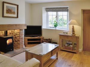 A kitchen or kitchenette at Pond View Cottage