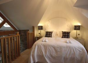 A bed or beds in a room at Willsbrook Lodge