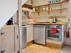 A kitchen or kitchenette at Hookes House