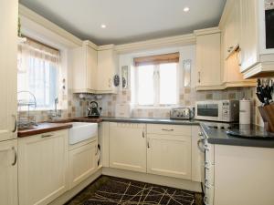 A kitchen or kitchenette at Juniper House