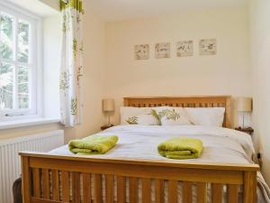 A bed or beds in a room at Bowles Cottage