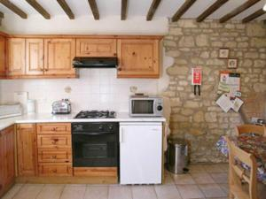 A kitchen or kitchenette at Sundial Cottage