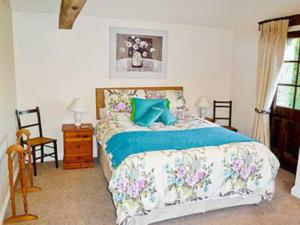 A bed or beds in a room at Sundial Cottage
