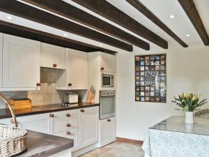 A kitchen or kitchenette at Shepherds Cottage
