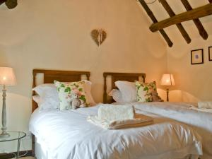 A bed or beds in a room at Shepherds Cottage
