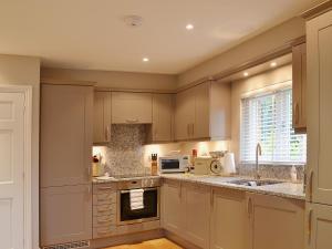 A kitchen or kitchenette at Grovelands Lodge