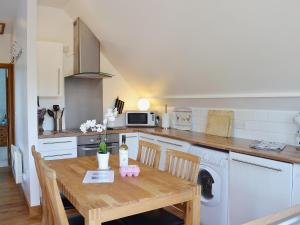 A kitchen or kitchenette at The Hide Away