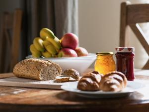 Breakfast options available to guests at Peel Lodge