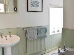 A bathroom at Greenside Cottage