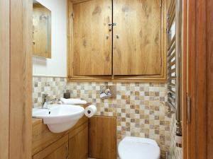 A bathroom at The Smithy