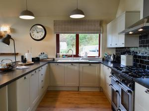 A kitchen or kitchenette at Blossom Cottage