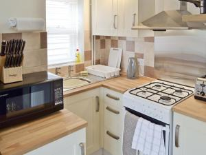 A kitchen or kitchenette at Baytree Cottage 2