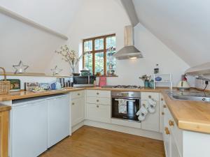 A kitchen or kitchenette at Deer Lodge