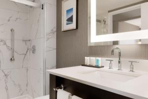 A bathroom at Embassy Suites By Hilton Toronto Airport