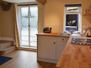 A kitchen or kitchenette at Myrtle Cottage