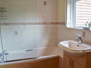 A bathroom at Myrtle Cottage