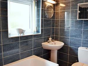 A bathroom at Primrose Lodge