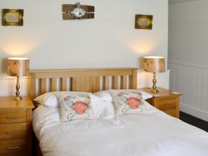 A bed or beds in a room at Riverside Loft