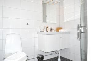 Ett badrum på Trosa Stadshotell & Spa