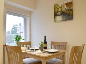 A restaurant or other place to eat at Kinneddar Cottage
