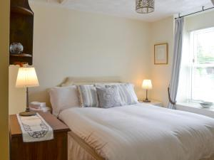 A bed or beds in a room at Kerloch View