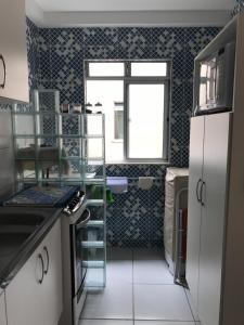 A kitchen or kitchenette at Apto a 200m da Praia, condomínio clube