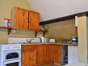 A kitchen or kitchenette at The Saddlery