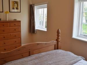 A bed or beds in a room at Myrtle Cottage