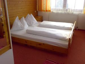 Кровать или кровати в номере Huberhof