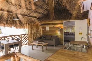 Een zitgedeelte bij Mondi Lodge