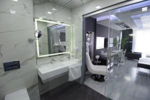 A bathroom at Hotel Mirror