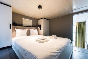A bed or beds in a room at Amsterdam East by YAYS