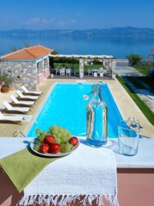 Θέα της πισίνας από το Aeolis Apartments & Studios ή από εκεί κοντά