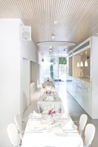 アレンティ シッチェス ホテル&レストランにあるレストランまたは飲食店