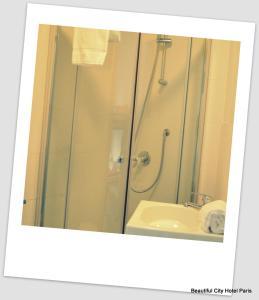 A bathroom at Beautiful Belleville Hôtel & Hostel