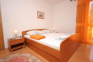 A bed or beds in a room at Apartments with a parking space Mlini, Dubrovnik - 8542