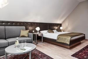 A bed or beds in a room at Hotel Birkenhof