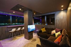 The lounge or bar area at Bloc Hotel London Gatwick Airport