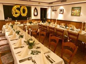 Ein Restaurant oder anderes Speiselokal in der Unterkunft Landgasthof & Hotel Jossatal