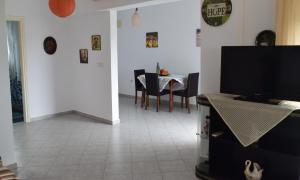 Μια τηλεόραση ή/και κέντρο ψυχαγωγίας στο Kalavarda Village Apartment