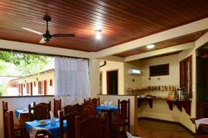 Um restaurante ou outro lugar para comer em Pousada Recanto do Sabiá