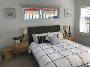 A bed or beds in a room at Cove Place Retreat - Luxury Accommodation Phillip Island