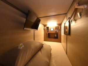 Een TV en/of entertainmentcenter bij Capsule Hotel Anshin Oyado Premium Resort Kyoto Shijo Karasuma
