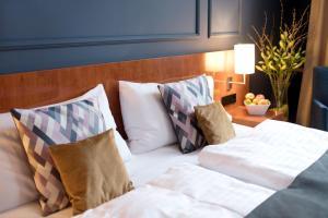 Ein Bett oder Betten in einem Zimmer der Unterkunft Angleterre Hotel