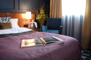 A bed or beds in a room at Angleterre Hotel