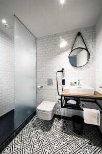 A bathroom at pentahotel Leipzig