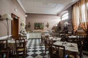 A restaurant or other place to eat at Hotel Residenza In Farnese