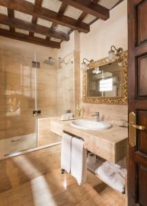 A bathroom at Hotel Casa 1800 Granada